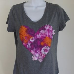 Graphic t-shirt grey pink red heart short sleeve